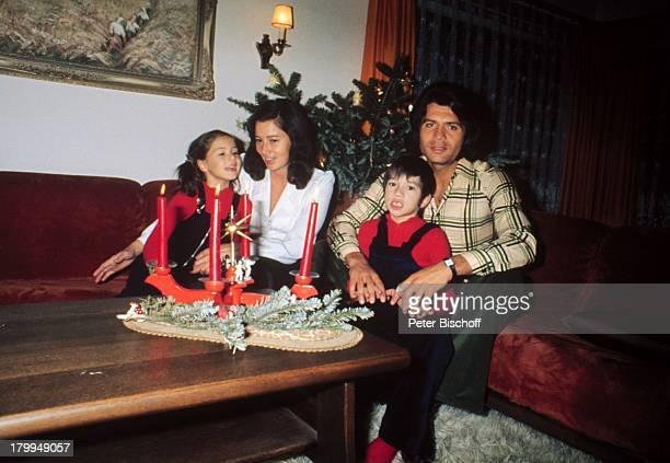 Costa Cordalis, Ehefrau Ingrid, Sohn;Lucas, Tochter Angeliki, Homestory,;Schwarzwald, Adventskranz, Kerzen,;Weihnachtsbaum,