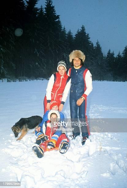 Costa Cordalis, Ehefrau Ingrid, Sohn;Lucas, Tochter Angeliki, Homestory,;Schwarzwald, Schnee, Schäferhund Anna,;Hund, Tier, Mütze,