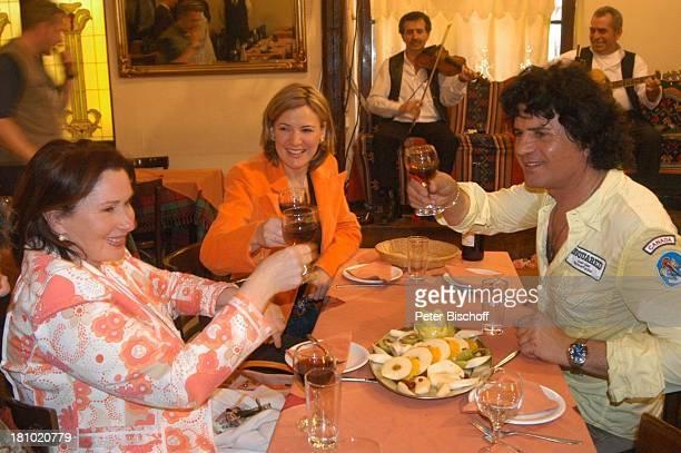 Costa Cordalis Ehefrau Ingrid und Moderatorin Heike Götz SirtakiRestaurant NDRSpecial Sirtaki Stars Olympiafieber Athen erleben mit H E I K E G T Z...