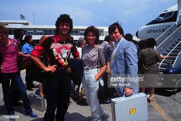 Costa Cordalis , Ehefrau Ingrid,;Manager Herbert Nold, Athen/Griechenland,;Urlaub, Flugzeug, Flughafen, Koffer,