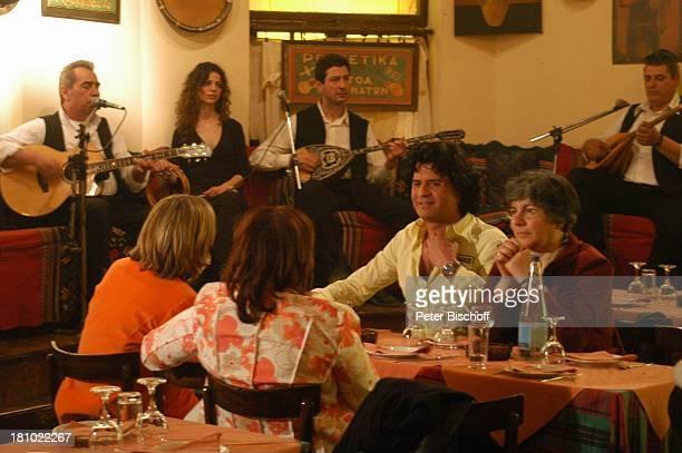 "Costa Cordalis, Falitza , Ehefrau Ingrid , Moderatorin Heike Götz, Sirtaki-Restaurant, NDR-Special: ""Sirtaki, Stars, Olympiafieber - Athen erleben..."