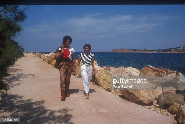 Costa Cordalis Ingrid Cordalis Athen/Griechenland Felsen Hand in Hand Meer barfuß Küstenpromenade Promis Prominente Prominenter