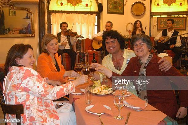 "Costa Cordalis mit Schwester Falitza , Ehefrau Ingrid und Moderatorin Heike Götz, Sirtaki-Restaurant, NDR-Special: ""Sirtaki, Stars, Olympiafieber -..."