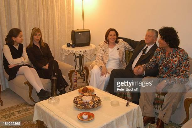 "Costa Cordalis, Onkel Sokrates Fotini, Ehefrau Ingrid , Nichten Alexia und Soi , Falitza , NDR-Special: ""Sirtaki, Stars, Olympiafieber - Athen..."