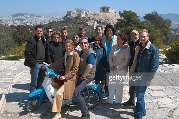 "Costa Cordalis und Ehefrau Ingrid , Moderatorin Heike Götz , Fernsehteam, Filopappou Hill , NDR-Special: ""Sirtaki, Stars, Olympiafieber - Athen..."