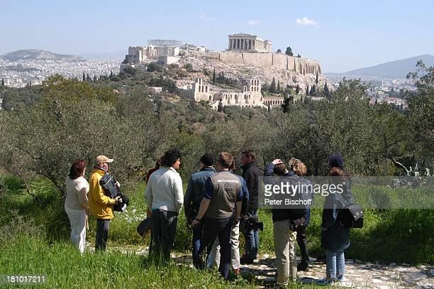 Costa Cordalis und Ehefrau Ingrid von hinten Fernsehteam Filopappou Hill NDRSpecial Sirtaki Stars Olympiafieber Athen erleben mit H E I K E G T Z...