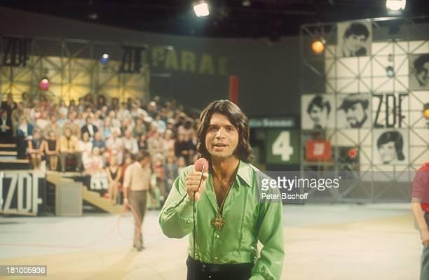 Costa Cordalis ZDFShow SuperHitparade 1981 BandMitglieder Bühne Auftritt singen Mikrofon Promis Prominente Prominenter
