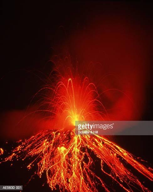 costa rica, arenal volcano erupting at night - 噴出 ストックフォトと画像