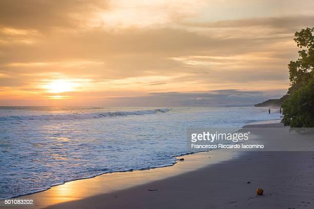 costa rica, beach and waves sunset - iacomino costa rica foto e immagini stock