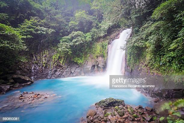 costa rica, rio celeste waterfall - iacomino costa rica foto e immagini stock