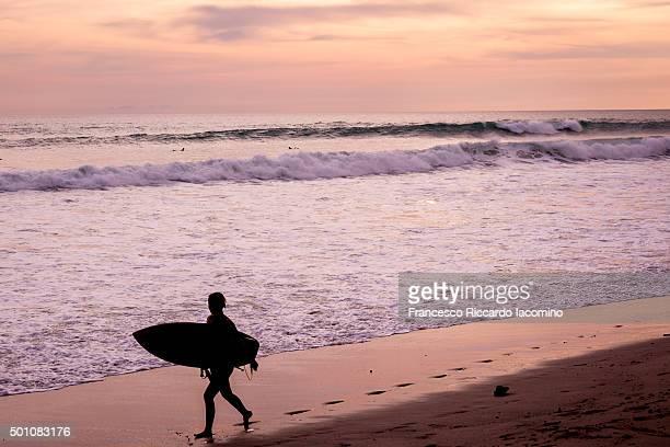 costa rica, surf an sunset - iacomino costa rica foto e immagini stock