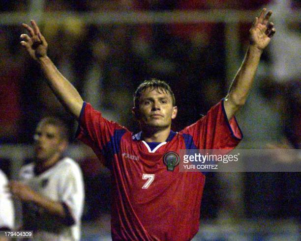Costa Rican soccer player Rolando Fonseca raises his arms after having made the first goal against the US 05 September 2001. El seleccionado...