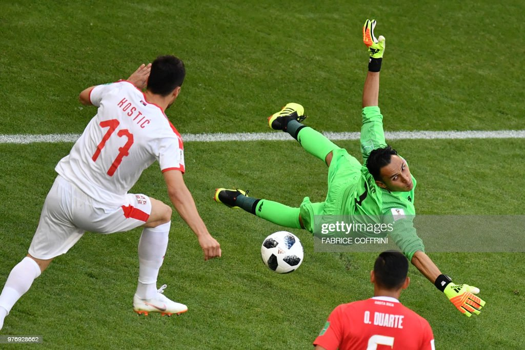TOPSHOT - Costa Rica's goalkeeper Keylor Navas (R) saves the ball ahead of Serbia's forward Filip Kostic (L) during the Russia 2018 World Cup Group E football match between Costa Rica and Serbia at the Samara Arena in Samara on June 17, 2018. (Photo by Fabrice COFFRINI / AFP) / RESTRICTED