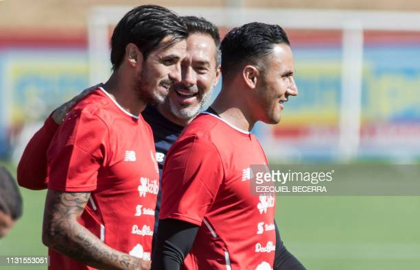 Costa Rica'S national football team coach Gustavo Matosas speaks with football player Bryan Ruiz and goalkeeper Keylor Navas during a training...