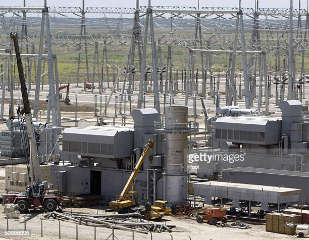 Costuction crews work at the Quds electricity plant June 26 2004 near the town of Rashdiya 30 km north of Baghdad Iraq Iraqi Interim Prime Minister...