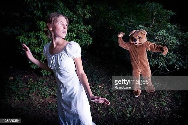 Costume d'ours poursuivre une jeune femme