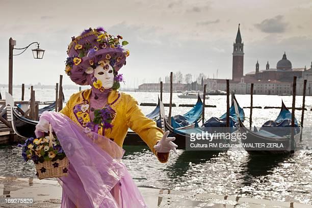 costumed figure at venice carnival - maschere carnevale foto e immagini stock