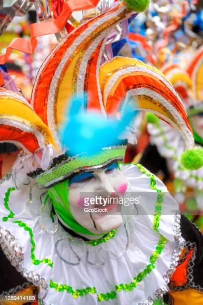 costumed jester working the crowd at a parade - nieuwjaarsreceptie stockfoto's en -beelden