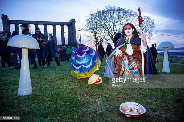 costumed performers at the beltane fire festival, edinburgh - theasis stockfoto's en -beelden