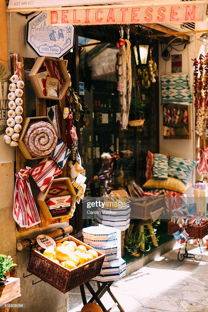 Cosy traditional gourmet shop selling food and handmade art in Palma de Mallorca : Foto de stock