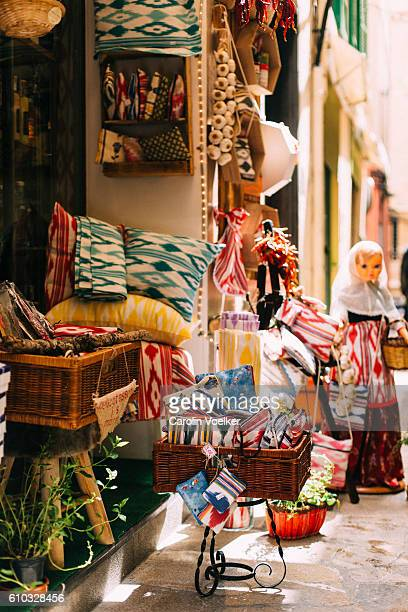 cosy traditional gourmet shop selling food and handmade art in palma de mallorca - islas baleares fotografías e imágenes de stock