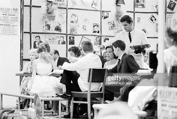 Cote D'Azur Juan Les Pins 29 Juillet 1959 Reportage sur la Côte d'azur dans un bar un serveur en veste blanche et cravate noire sert des boissons à...