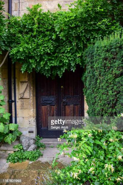cotswolds cottage entrance door - sergio amiti stock pictures, royalty-free photos & images