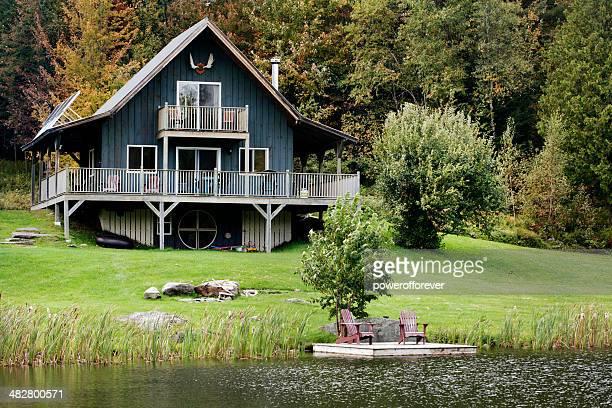 cabaña junto al lago - casita de campo fotografías e imágenes de stock