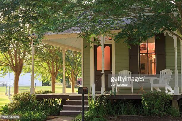cottage front porch - ポーチ ストックフォトと画像
