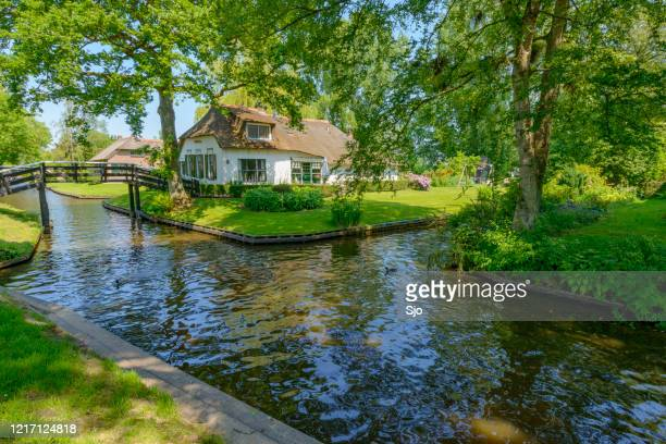 cottage in the village of giethoorn in the netherlands. - giethoorn stock pictures, royalty-free photos & images