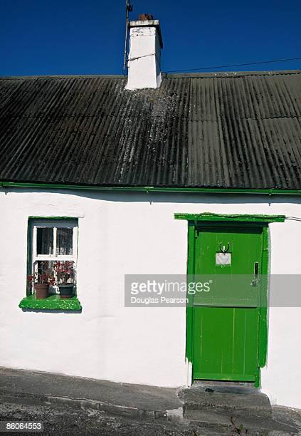 cottage with painted door - ティッペラリー州 ストックフォトと画像