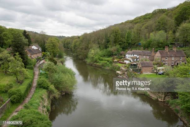 cottages beside river severn at ironbridge, shropshire, england - ironbridge shropshire stock pictures, royalty-free photos & images