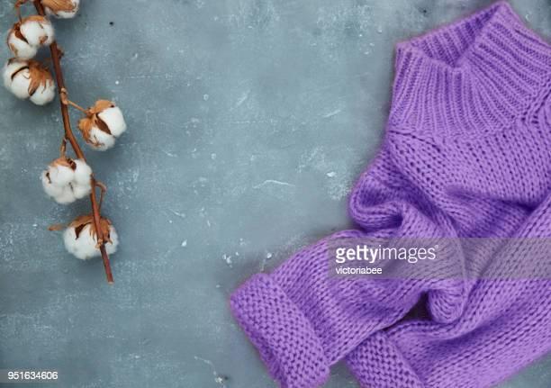 cotton flowers and a knitted sweater - tricoté photos et images de collection