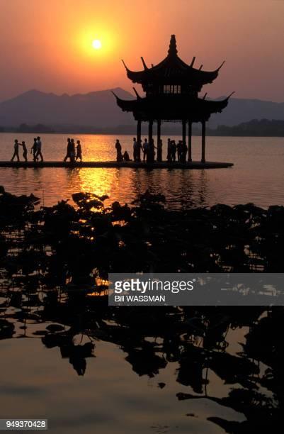 Coucher de soleil sur le lac de l'Ouest à Hangzhou, en Chine.