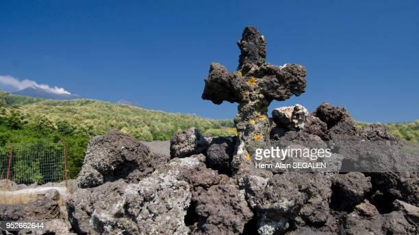 Coulée de lave récente ayant épargné une chapelle sur les flancs de l'Etna