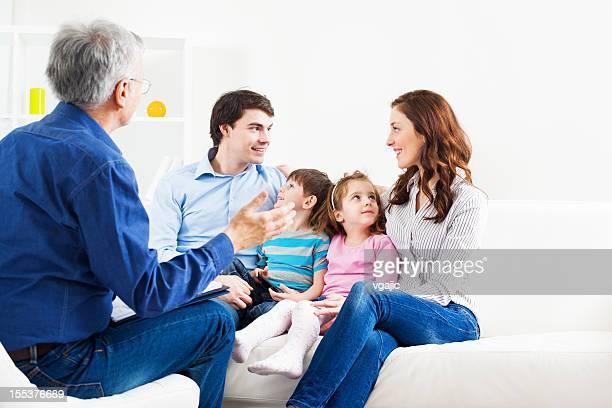 counselor falando com homem, mulher e dois filhos - assistente social - fotografias e filmes do acervo