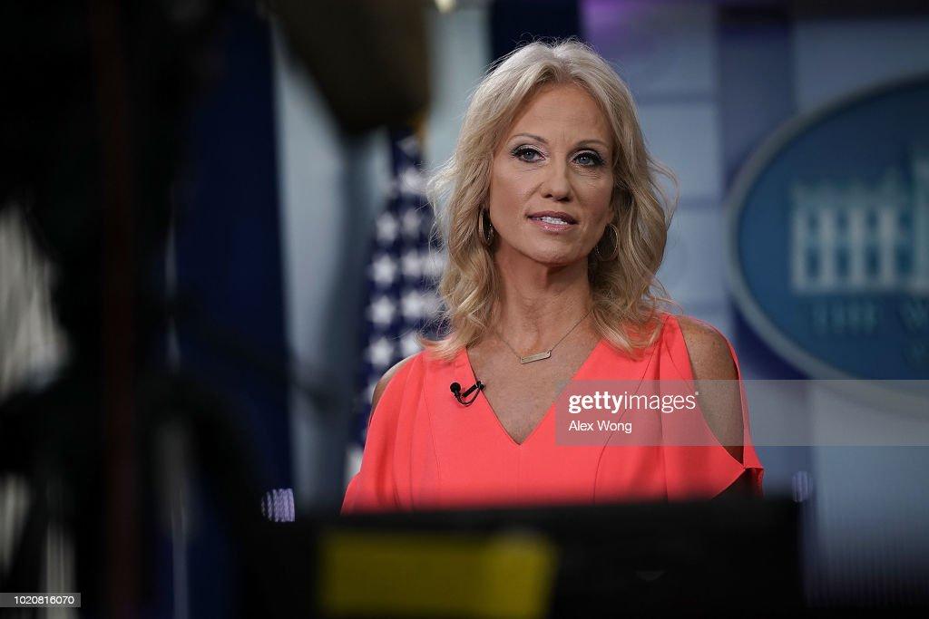 White House Adviser Kellyanne Conway Interviews With Fox News At The White House : Foto jornalística