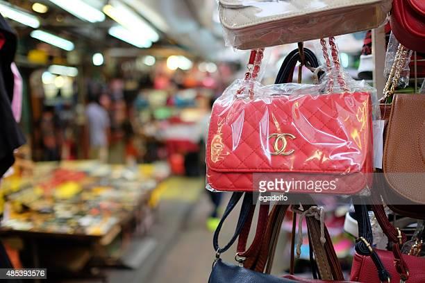 gefälschte taschen in malaysia - fälschung stock-fotos und bilder