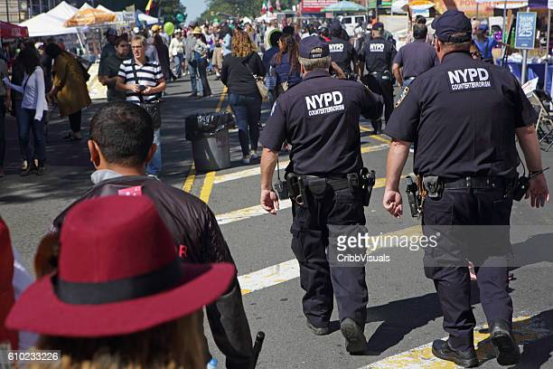 nypd counterterrosism officers patrol the atlantic antic street fair brooklyn - antiterrosimo foto e immagini stock