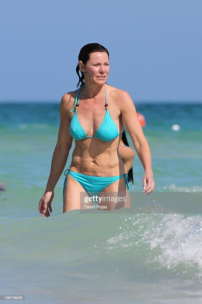 girls-spreading-luann-de-lesseps-bikini-mature