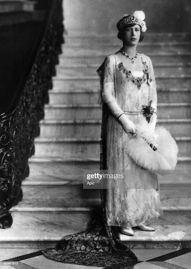 """Countess Mary of Harewood (1897-1965), here in 1922, she's wearing a sapphires and diamonds necklace which belung to queenVictoria and a """"devant de corsage"""" made with sapphires and diamonds : News Photo"""