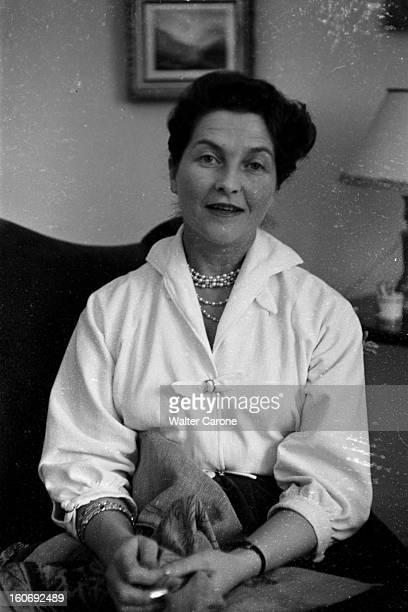 Countess Of Paris Broke Her Leg 17 mars 1955 Reportage sur la Comtesse de Paris qui s'est cassée la jambe s'occupant en faisant de la couture