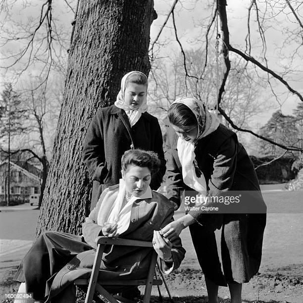 Countess Of Paris Broke Her Leg 17 mars 1955 Reportage sur la Comtesse de Paris qui s'est cassée la jambedans un parc la Comtesse se reposant assise...