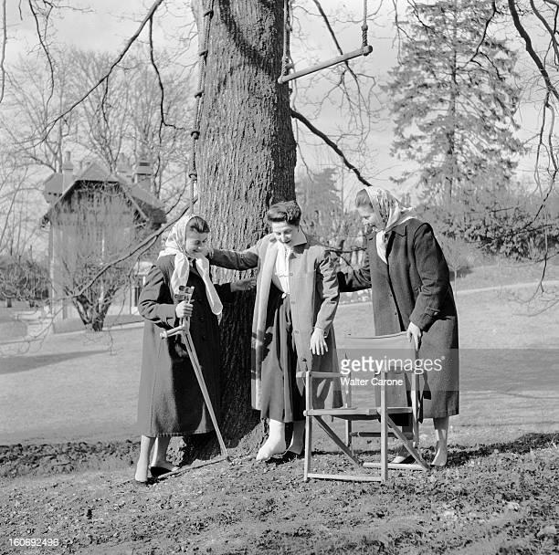 Countess Of Paris Broke Her Leg 17 mars 1955 Reportage sur la Comtesse de Paris qui s'est cassée la jambe dans un parc la Comtesse s'est levée de sa...