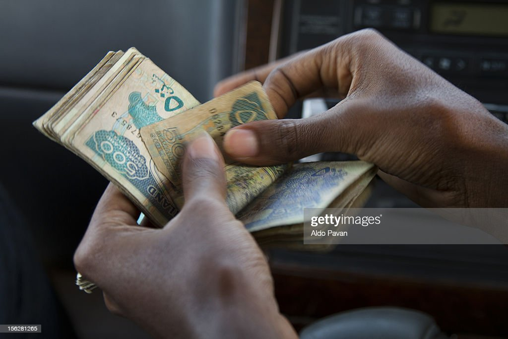 Counting the Somaliland shilling : Stock Photo