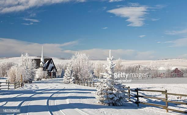 país iglesia en invierno - aguja chapitel fotografías e imágenes de stock