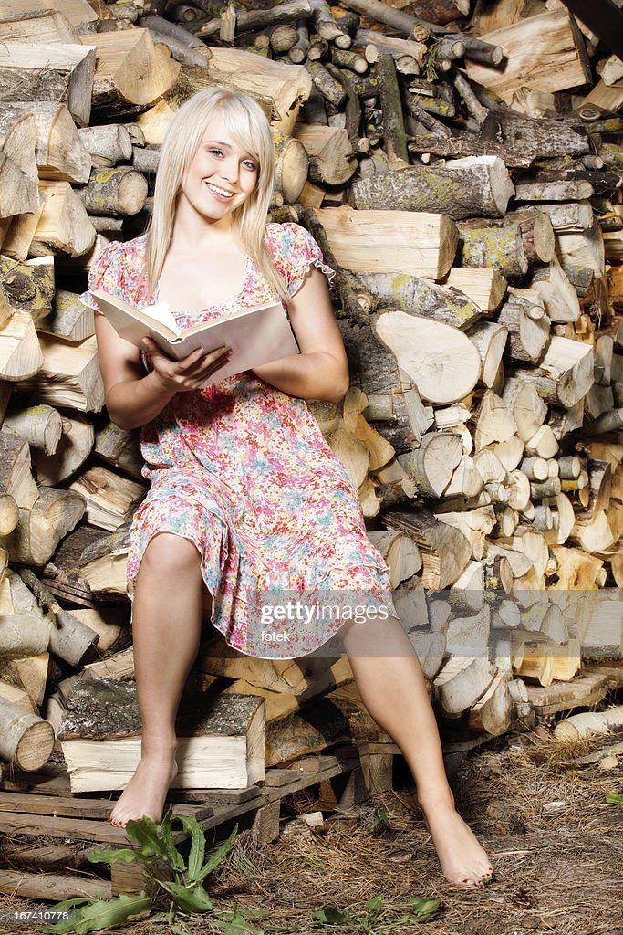 Pays fille lisant un livre : Photo