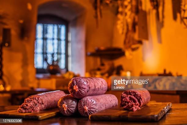een landhuis keukentafel voor worsten - europese cultuur stockfoto's en -beelden