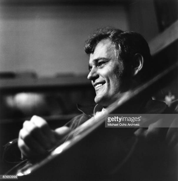 Country musician Jerry Reed poses for a portrait circa 1973.