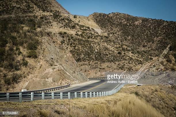 country road along side mountains - andres ruffo stock-fotos und bilder